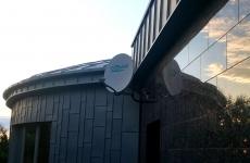 Antena satelitarna na elewacji budynku