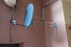 Antena satelitarna Corab 800 zamontowana na długim wysięgniku ściennym