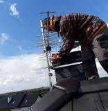 Montaż-obejmy-kominowej-i-anteny-telewizji-naziemnej-na-dachu