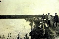 Nasutów lata 20-ste XXw, na pierwszym planie MarysiaWróblewska z mamą Elżbietą