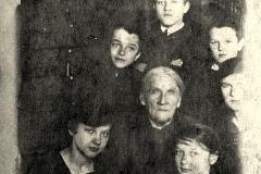 Anna Głowacz, żona Aleksandra z wnukami,Nasutw