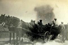 Mężczyźni na wozie (brak informacji o osobach na zdjęciu)