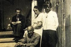Jerzy Żbikowski wnuk Głowaczów, z tylu siedzący na schodkach z przyjaciółmi