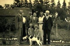 Nasutów, w środku córka Aleksandra Głowacza - Aniela Żbikowska, z lewej jej synJerzy