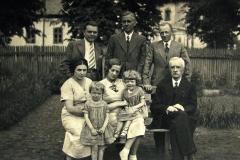 potomkowie A. Głowacza, z prawej stoi JerzyŻbikowski jego wnuk