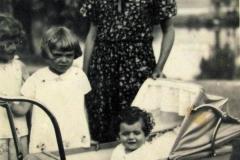 Halina z małymi kuzynami z Aniełką, Marysią i Ziutkiem.