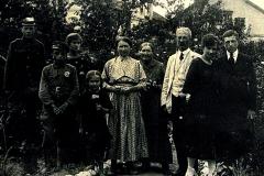 W środku Aniela i Gustaw Żbikowscy (jasne ubrania), obok Maria Rozalia Wróblewska , z lewej Franciszek Żbikowski, Elżbieta i Marysia Wróblewskie a z prawej Jerzy Żbikowski