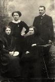 Nasutów, pocz. XX w. córki Aleksandra Głowacza od lewej - Aniela Bikowska, Maria Wasilewska,stoją Jadwiga Kozłowska i Kalikst Wasilewski