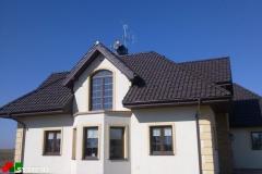 Zestaw anten radiowo-telewizyjnych na domku prywatnym