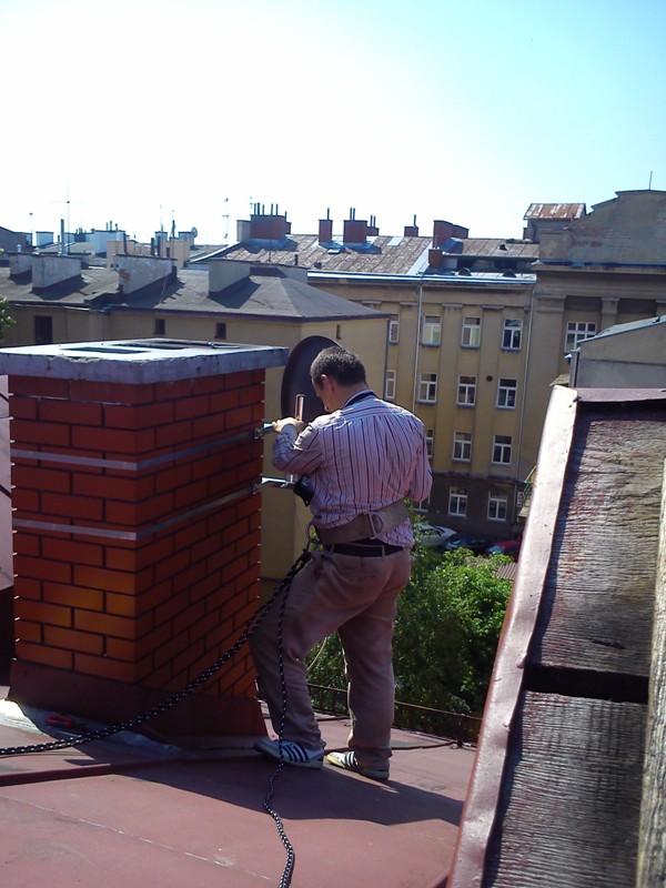Montaż i ustawienie anteny na obejmie kominowej