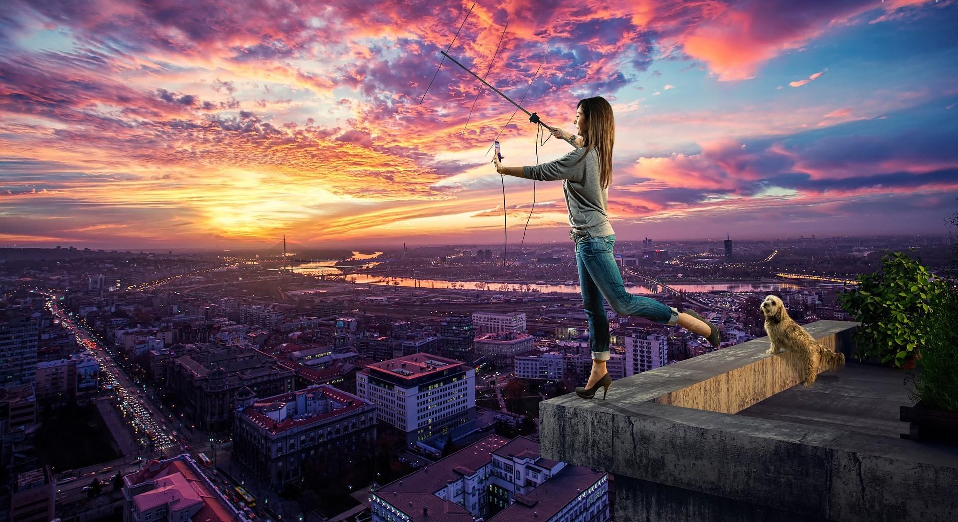 dziewczyna_dach_antena_zachod_slonca_miasto