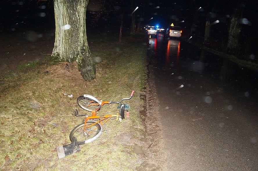 Pijany rowerzysta jechał środkiem drogi.