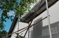 Montaż anteny satelitarnej z rusztowania