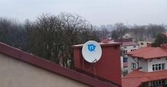 Przewód należy mocować do anteny i uchwytów
