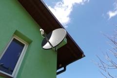 Antena satelitarna zamontowana do krokwi dachowej