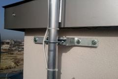 Mocowanie masztu antenowego przy pomocy cybantów ściennych