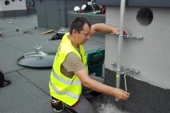 Mocowanie masztu do elewacji komina