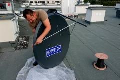 Składanie anteny TELKOM-TELMOR 120 TT PREMU na budynku wielorodzinnym