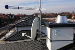 Zestaw anten telewizyjnych satelitarna i naziemna zamocowana do komina z dociepleniem