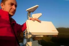 Antena SelfSat podczas ustawiania na dachu budynku