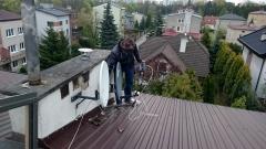 Instalator na dachu podczas ustawienia anteny