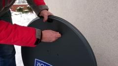 Skręcanie anteny satelitarnej przed zawieszeniem na uchwycie
