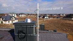 Zamontowana antena DVB-T Logarytmiczna na maszcie do komina z obróbką blacharską