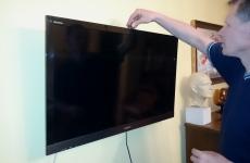Sprawdzenie poziomu zawieszenia telewizora
