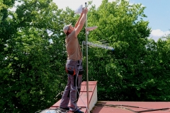 Podczas montażu anten MIMO internetu LTE do masztu antenowego