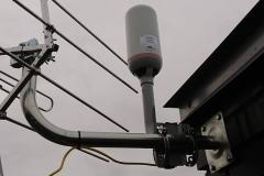 Antena LTE Play Net Box zamontowana do komina na dachu